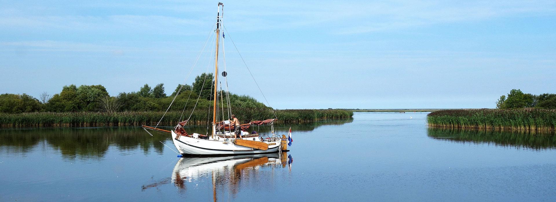 Lauwersoog-bezoeken-Lauwersmeer-vakantie-in-Friesland-Ljeppershiem-vakantiepark-praamzeilen