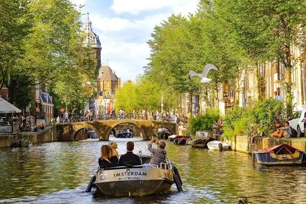 Amsterdam bezoeken-vakantie in Friesland-Ljeppershiem vakantiepark-grachten-2